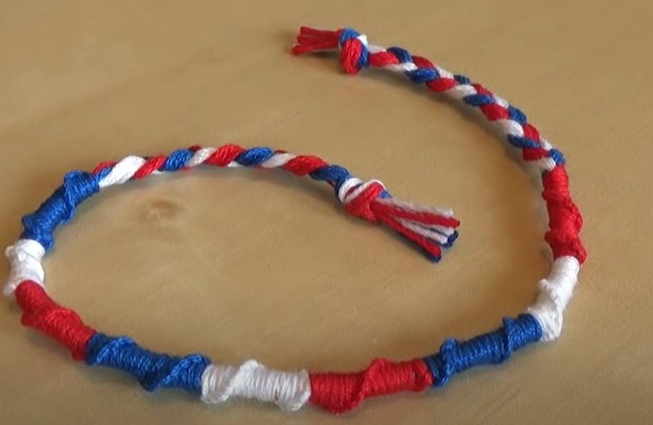Unbracelet brésilien rond en trois couleurs