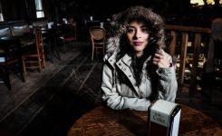 Une femme portant une parka chauffante